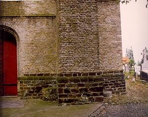 Roepsteen aan de kerk te Beauvoorde