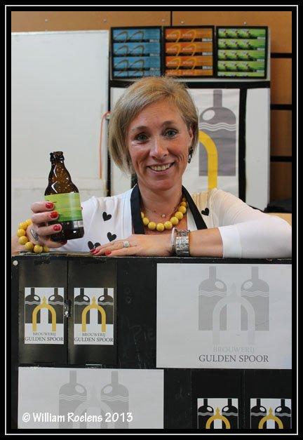De charmante Isabelle Depuydt vertegenwoordigster van  brouwerij Gulden Spoor uit Gullegem.