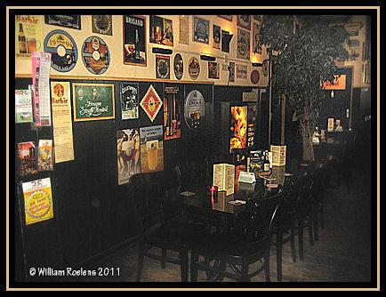 het interieur is er warm en sfeervol een mooi voorbeeld van een bruin caf
