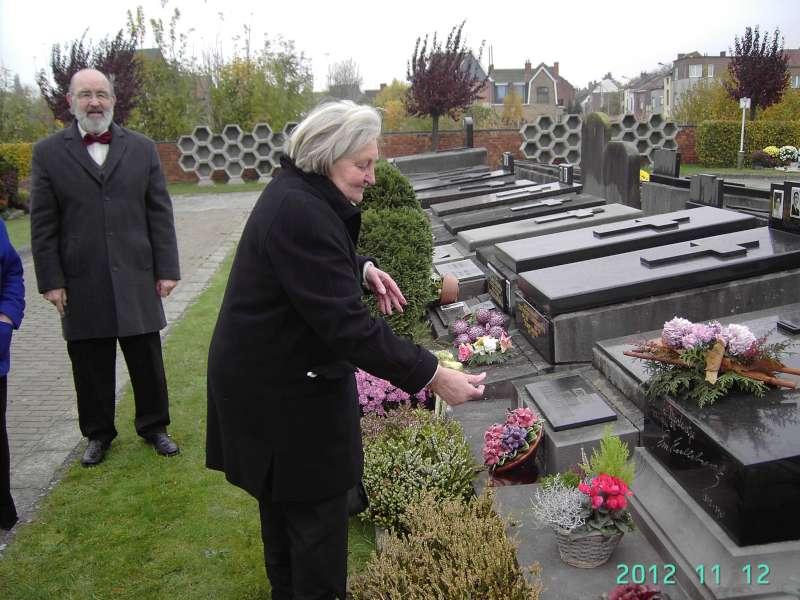 Aan het graf van emiel hullebroeck te gentbrugge wij zongen aan zijn