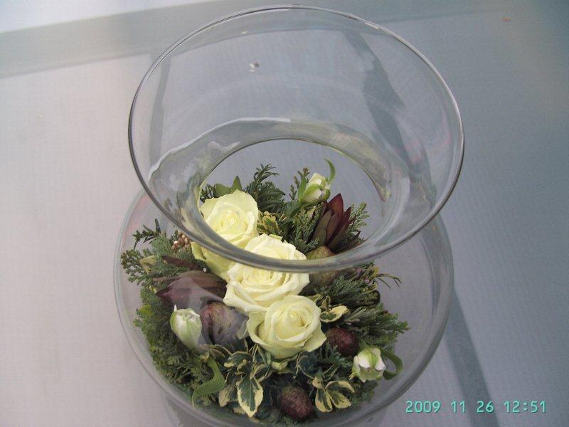 Bloemstuk in een doorschijnende glazen vaas